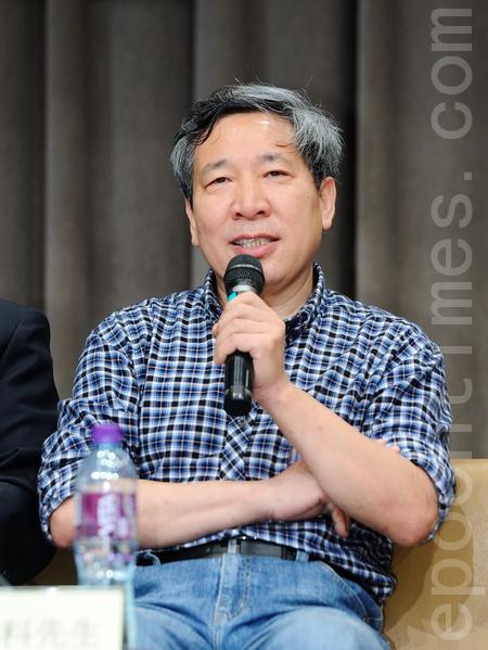 被稱為中國最成功的小說家閻連科,因為嚮往自然,購買了北京世界名園社區小別墅,但去年遭當局以違章建築為名慘遭強拆,分文未賠。(攝影:祥龍/大紀元)