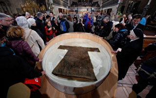 瞻仰耶稣圣袍的教徒及游人 (Ralph Orlowski/Getty Images)
