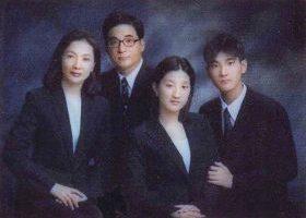 韩国精英赵连浩(左二)曾为韩国法官、美国律师,现为国际一矿物公司的董事长,他全家都修炼法轮功。(照片:原文转载)