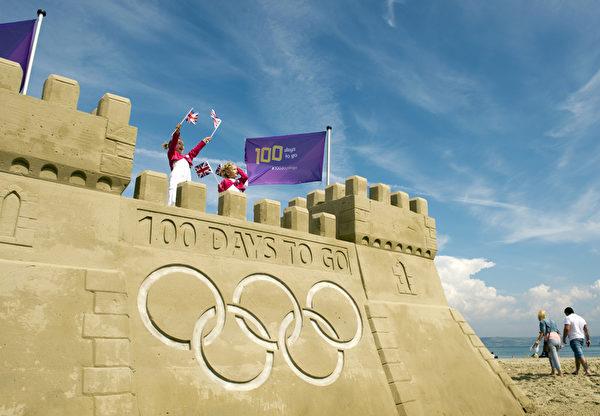 2012年4月18日,英國韋茅斯的海灘上,一個刻有「倒計時100天」字樣的巨大沙堡堆建完成。(ADRIAN DENNIS/AFP)
