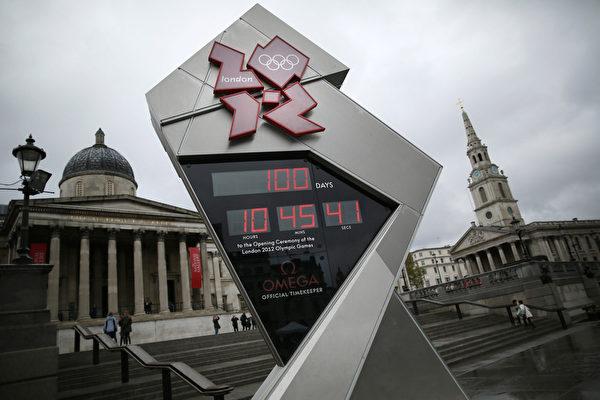 2012年4月18日,倫敦市中心特拉法加廣場上豎立的巨大倒計時鐘顯示100天的字樣。(Peter Macdiarmid/Getty Images)
