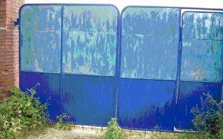 辽宁丹东楼房镇小孤山7组发现尸体的农家大院后门。(大纪元)