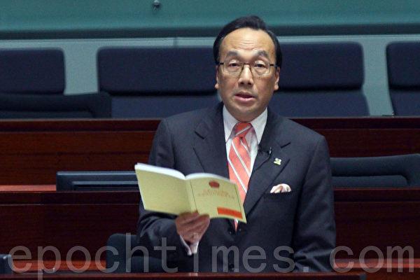 圖為香港立法會議員梁家傑手持基本法 指中聯辦涉嫌違反基本法第22條,就是中共所屬各省市不得干預特區事務。(攝影:潘在殊/大紀元)