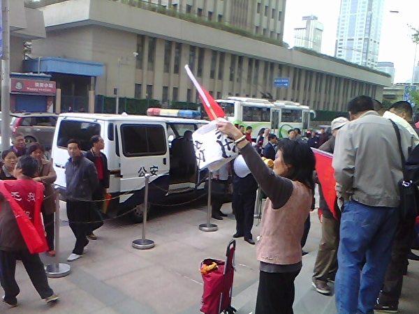 上海讨房团强烈抗议政府以谎言继续忽悠经租房业主。(知情者提供)