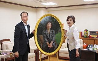 县长苏治芬(右)和李园教授(左)致赠的肖像。(摄影:廖素贞/大纪元)