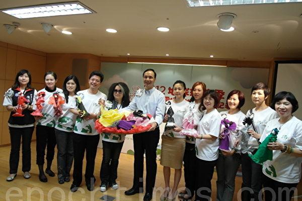 市長與眾議員展示用廢棄物做出的環保娃娃。(攝影:/)