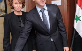 英德两国驻联合国大使的妻子呼吁叙利亚第一夫人阿斯玛‧阿萨德站出来结束暴力。图为2012年2月26日,阿斯玛‧阿萨德(左)与丈夫前往投票。(HO/SANA/AFP)