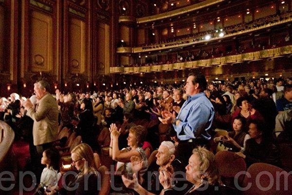 美国神韵国际艺术团在芝加哥的最后一场演出以爆满圆满的方式落幕,观众用热烈的掌声表示感谢。(摄影:陈虎/大纪元)