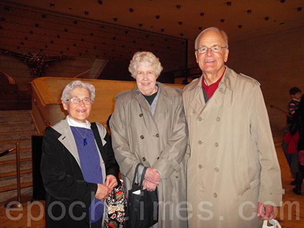 三位美國康州觀眾提前4個多小時到林肯中心取晚上的演出票。(攝影:方若初/大紀元)