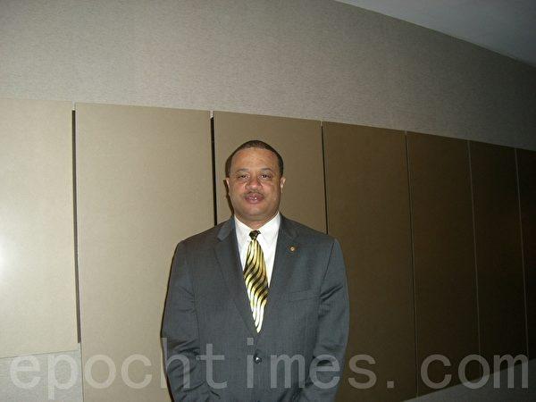 2012年4月22日,美国纽约州众议员艾里克‧史蒂文森(Eric Stevenson)观看了纽约神韵晚会加场。(摄影:徐竹思/大纪元)