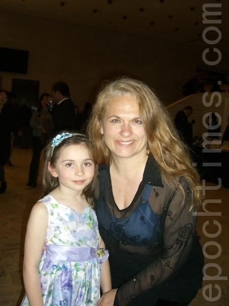 2012年4月22日,装饰艺术家、Me & Hue装饰店的老板Heidi Ehman带女儿观看了纽约神韵晚会加场。(摄影:徐竹思/大纪元)