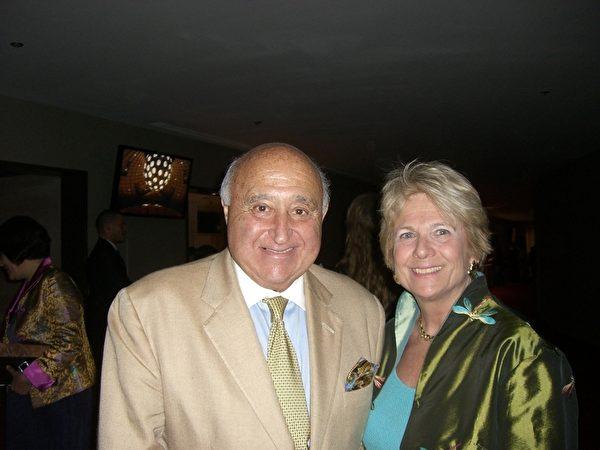 2012年4月22日,Hudson Valley 银行资深副总裁Ronald Sylvestri与妻子、医疗服务公司Medicine Home Management的老板Donna一起观看了纽约神韵晚会加场。(摄影:徐竹思/大纪元)