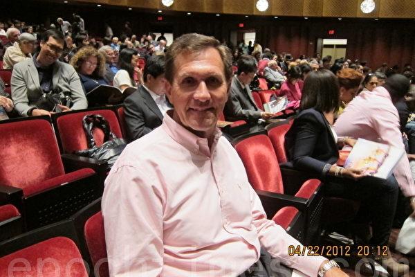2012年4月22日,全美基督教協會服務的退休金委員會(The Pension Boards of United Church of Christ)總裁兼CEO邁克‧當斯(Michael A‧Downs)觀看了紐約神韻晚會加場(大紀元圖片)