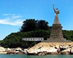 民主女神像筹建受阻,筹委会拟告马政府。图为雕像矗立金门示意图。 (陈维明提供)