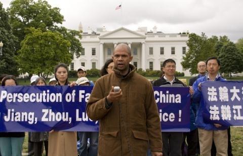 """2012年,基斯•威尔(Keith Ware)在白宫前的拉斐特广场纪念""""四‧二五""""集会上发言。(正见网)"""
