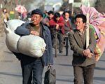 中国农民工数量已经达到2.6亿,形成为一个重要的社会群体,他们的生存状态令人关注。图为北京街头的农民工。(ROBYN BECK/AFP/Getty Images)
