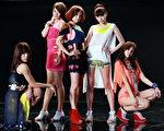 """舞动玩美的5人女子团体ROOMIE ,以""""纯白""""和""""缤纷""""两大主题,呈现Super Lover的力与美。(图/艺墨文化提供)"""