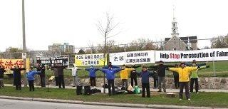"""纪念""""四二五""""十三周年,渥太华法轮功学员在中国驻加拿大使馆前请愿,并呼吁停止迫害。"""