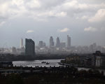 2012年4月20日,從英國格林威治公園遠眺大雨中的倫敦金融區。(Oli Scarff/Getty Images)