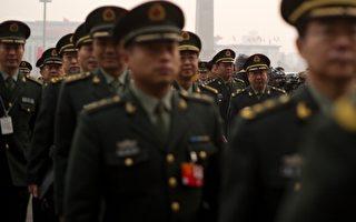 日本週刊《News PostSeven》披露:據北京的消息靈通人士透露,王立軍在逃往美領館後,即有數十輛中共巡警車和軍用裝甲車包圍領館待命,衝突一觸即發,當時薄熙來還備了5,000支自動手槍及50萬發子彈。2月7日夜間,北京即派國安、中紀委人員以及國防部將領,確認王立軍身份後遣返去北京。翌日薄熙來率留駐在重慶的軍隊乘軍用機移師雲南昆明。圖為三月參加兩會的中國軍方代表。(AFP)
