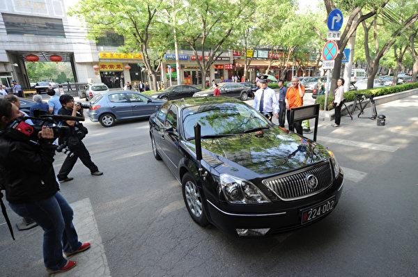 大陆失明维权人士陈光诚,5月2日下午从美国驻华使馆离开,在美国大使骆家辉陪同下,坐车到朝阳医院,接受治疗。图为美国大使馆汽车。(Mark RALSTON/AFP)