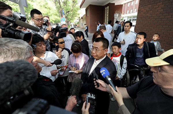 大陆失明维权人士陈光诚,5月2日前往朝阳医院,接受治疗。中国维权律师江天勇(中)在医院外接受媒体采访表示,陈光诚不仅失明,还患有严重肠炎。(Mark RALSTON/AFP)