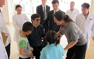 陈光诚在接受CNN记者采访时表示,其妻子被警察绑在椅子上长达2天,他们带着棍子威胁要打死她。图片显示陈光诚与妻儿在朝阳医院团聚的场面。(AFP)