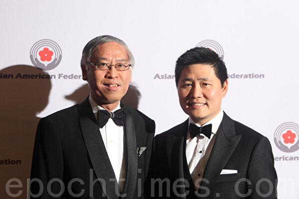 亚美联盟执行主任邬敬高(左)和谷歌纽约分公司负责业务开发总裁李奇静(右)在亚美联盟23周年庆上。(摄影:杜国辉/大纪元)