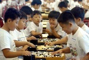 对弈双方下棋时,动静相间,阴阳互动,行棋中可以体现出对弈者对宇宙及天道、社会以及人生的看法和认知。(摄影︰Getty Images)