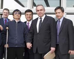陳光誠於星期三下午在美國駐華大使駱家輝,美國國務院助理國務卿坎貝爾(右)等美國官員的陪伴下,坐車前往北京朝陽醫院就醫。(AFP/美國駐北京大使館新聞辦公室)