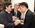 5月2日,陈光诚和美国驻华大使骆家辉在美国大使馆内交谈。(美国大使馆提供)