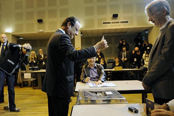 法国5月6日举行第二轮总统大选投票,法国社会党总统候选人奥朗德(中)现身投票站,参加投票。(FRED DUFOUR/AFP)