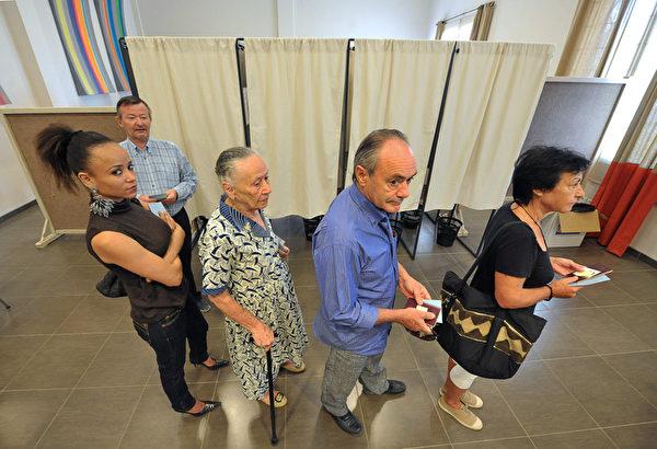 法国5月6日举行第二轮总统大选投票,法国民众纷纷抵达投票站,参加大选投票。(SEYLLOU/AFP)