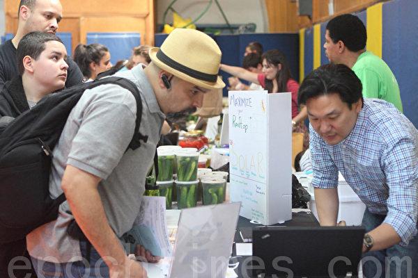 家住法拉盛、加入太阳能产业才一年的韩裔James Chin先生参加了展览。(摄影:杜国辉/大纪元)
