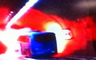 國道5號雪山隧道7日下午發生火燒車事故,根據宜蘭縣 消防局下午3時30分回報,這起事故已造成2死2重傷,另有20多人輕傷,這也是雪隧歷來最嚴重事故。(監視器畫面/中央社)