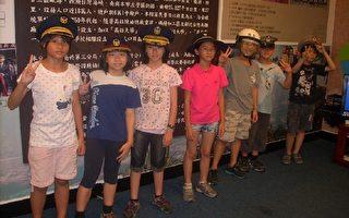 加昌国小小朋友们参访楠梓分局戴上警用帽子非常兴奋。(高雄楠梓分局提供)