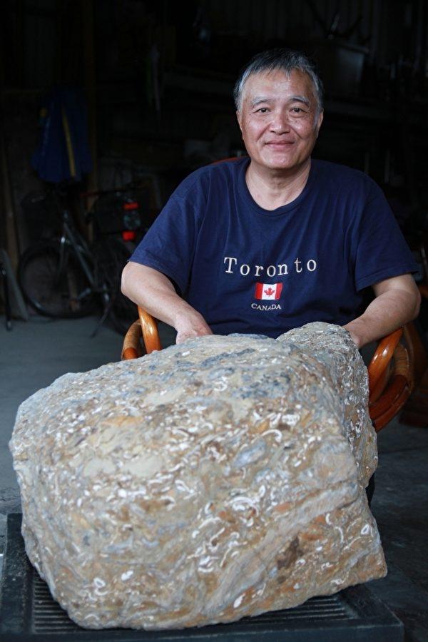彭鈺明與珍藏20餘年的寶物合影(攝影:許享富/大紀元)