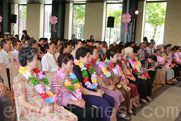 礁溪鄉18村模範母親表揚大會,場面溫馨。(攝影:郭千華/大紀元)