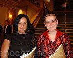 Maryann Cain(右)是Comcast公司UNIX系统管理的经理,与好友Katrina Krause一起观看了神韵演出。(摄影:潘美玲/大纪元)