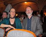 """管乐队演奏家Bob Wiemken5月8日晚观看了神韵巡回艺术团在美国费城玛丽安剧院的首场演出,他说:""""神韵演出是世界上独一无二的!""""图为Wiemken夫妇。(摄影:蔡溶/大纪元)"""