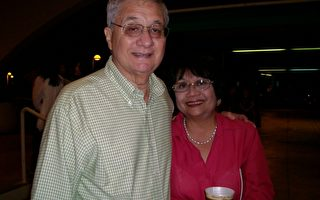 地产公司老板George Ho先生陪太太观看了神韵艺术团在檀香山的首场演出。(摄影:陈怡然/大纪元)