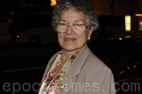 费城公共记录报出版商Jimmy Tayoun夫人Delores四个月来两次看神韵。(摄影:肖捷/大纪元)