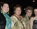 在母亲节前夕,爱尔兰舞姐妹演员Frances(右一)和Melissa Boffa(左一),以及她们的母亲,外祖母一同前来观赏神韵演出。(摄影:肖捷/大纪元)