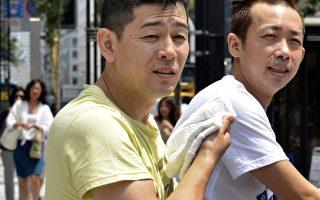 """日本的一项政府报告显示,2010年,50岁的日本男性仍没结婚的所谓""""生涯未婚""""已经突破两成的20.1%,此数据是1980年2.6%的8倍。图为东京街头的民众。(Yoshikazu TSUNO/AFP)"""