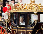 女王乘坐国事马车,从白金汉宫抵达议会。(Dan Kitwood/Getty Images)