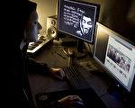 大纪元因全面曝光中共高层搏击真相,分析中国未来局势,引发中共对大纪元网站的猛烈攻击和骇客。图片显示黑客正在入侵攻击电脑网络。(JEAN-PHILIPPE KSIAZEK/Getty Images)