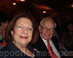 """费城社会名流、慈善家卡罗尔‧贤尼斯和先生约瑟夫‧贤尼斯在看过神韵演出后,对记者说:""""我们很荣幸能坐在这里,这场演出简直太美了。""""(摄影:潘美玲/大纪元)"""