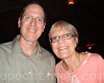 音乐家Roy Schmidt和太太Kirsten Olsen一道观赏神韵演出(摄影:大纪元/潘美玲)