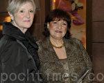 两位商业合伙人Dally Melick和 Sally Mann相约观赏神韵演出。(摄影:肖捷/大纪元)