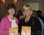 费城最大媒体《费城闻讯报》的多媒体经理Lyn Klein-Kirlin 和其高级客户经理Joanne  Alegado一道观赏神韵。(摄影:肖捷/大纪元)